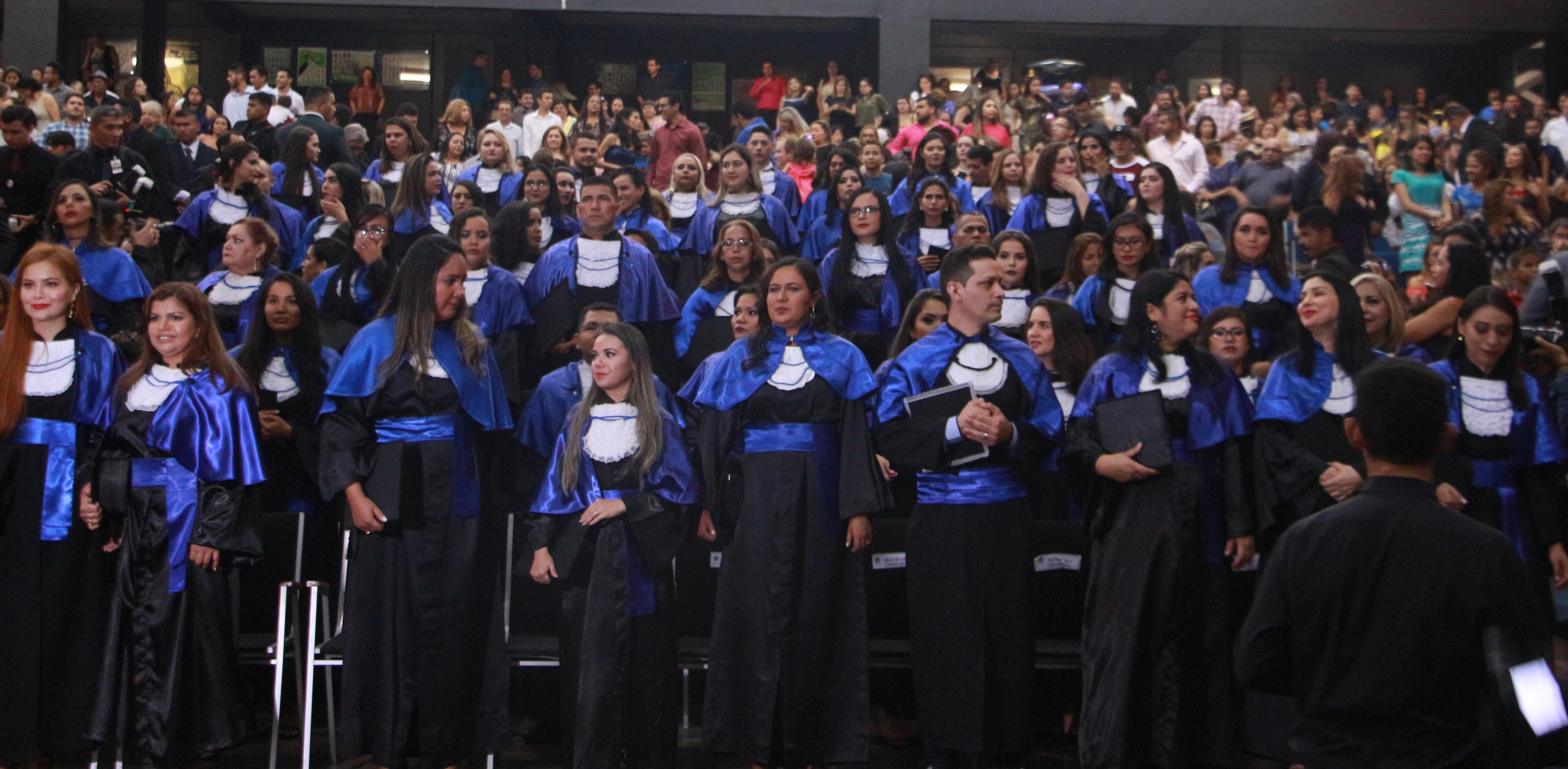 Mais de 140 alunos colam grau na noite da última quinta-feira no auditório Nina Lins