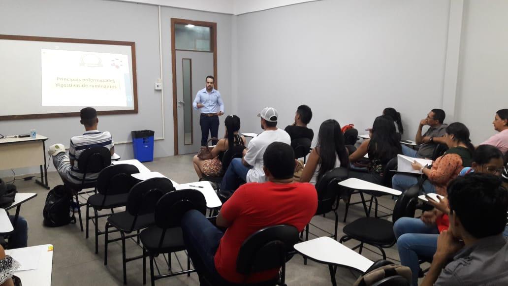 Enfermidades digestivas de ruminantes é tema de palestra para alunos e fazendeiros durante feira